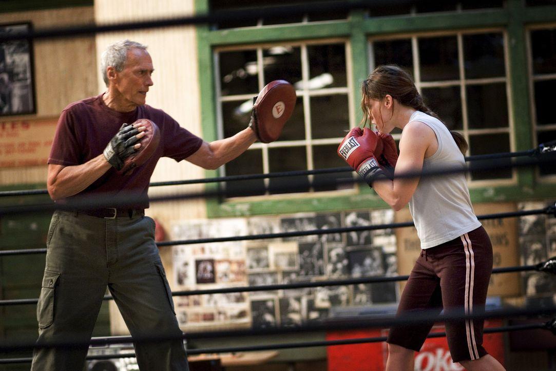 Nach langem Zögern beginnt Frankie (Clint Eastwood, l.), die sture Boxerin zu trainieren. Denn Maggie (Hillary Swank, r.) ist zwar schlagfertig, ab... - Bildquelle: Epsilon Motion Pictures