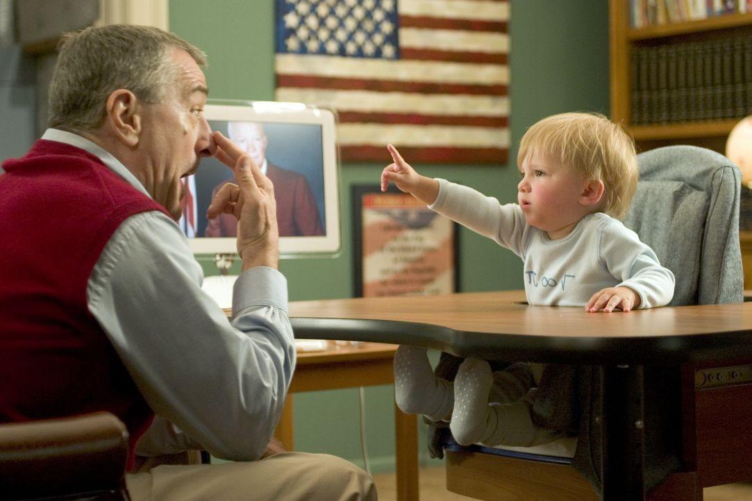 Ex-CIA-Agent Jack (Robert De Niro, l.) kümmert sich liebevoll um seinen Enkel Little Jack (Spencer Pickren, Bradley Pickren, r.) und dessen Ausbildu... - Bildquelle: DreamWorks SKG
