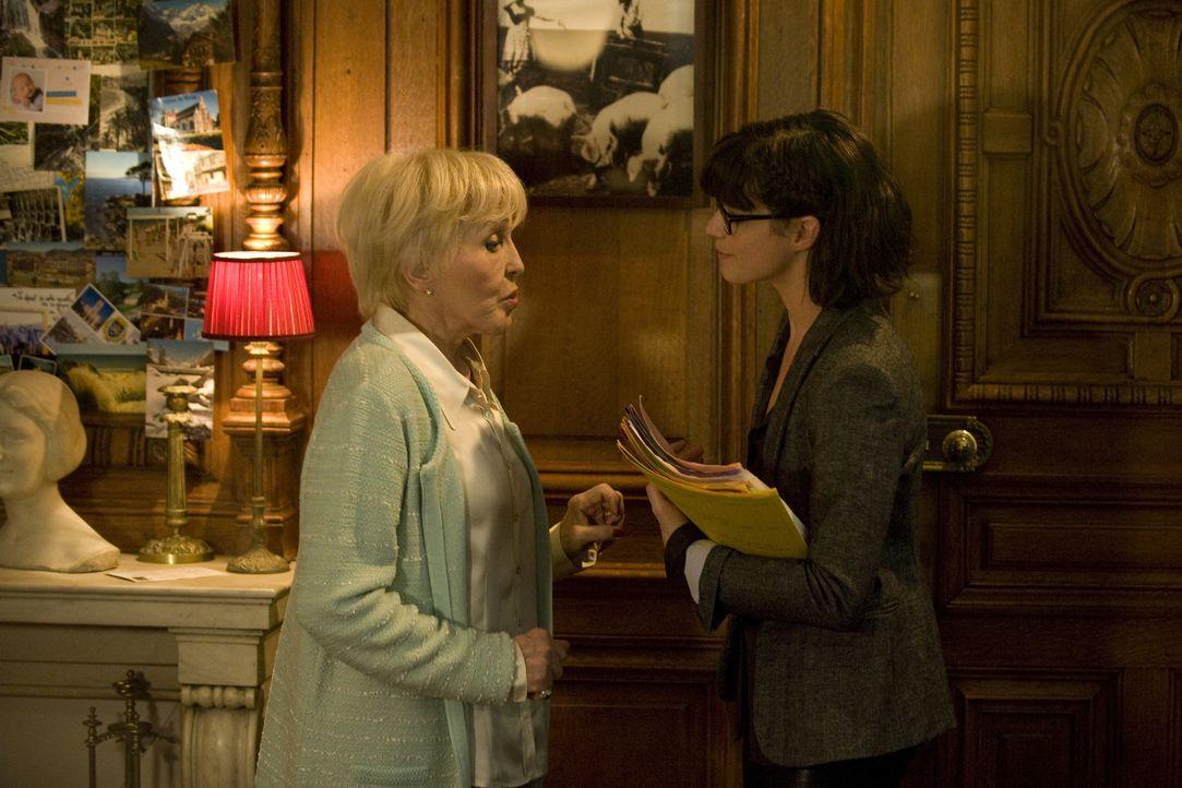 Yvonne Chanéac (Nicole Croisille, l.) entdeckt Adèle (Juliette Roudet, r.), während diese in den Räumen der Stiftung herumschnüffelt ... - Bildquelle: 2015 BEAUBOURG AUDIOVISUEL