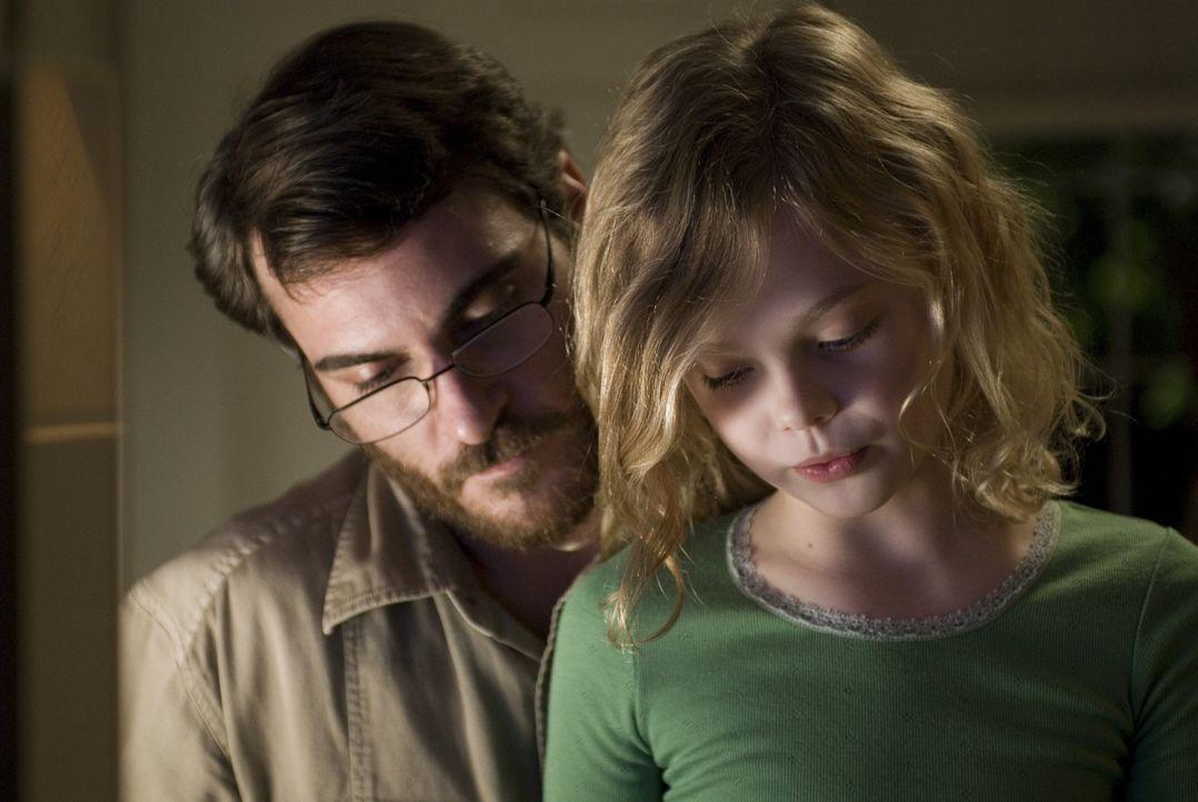 Mehr und mehr verliert Professor Ethan Learner (Joaquin Phoenix, l.) jegliches Interesse an seiner Frau und seiner kleinen Tochter Emma (Elle Fannin... - Bildquelle: TOBIS Film