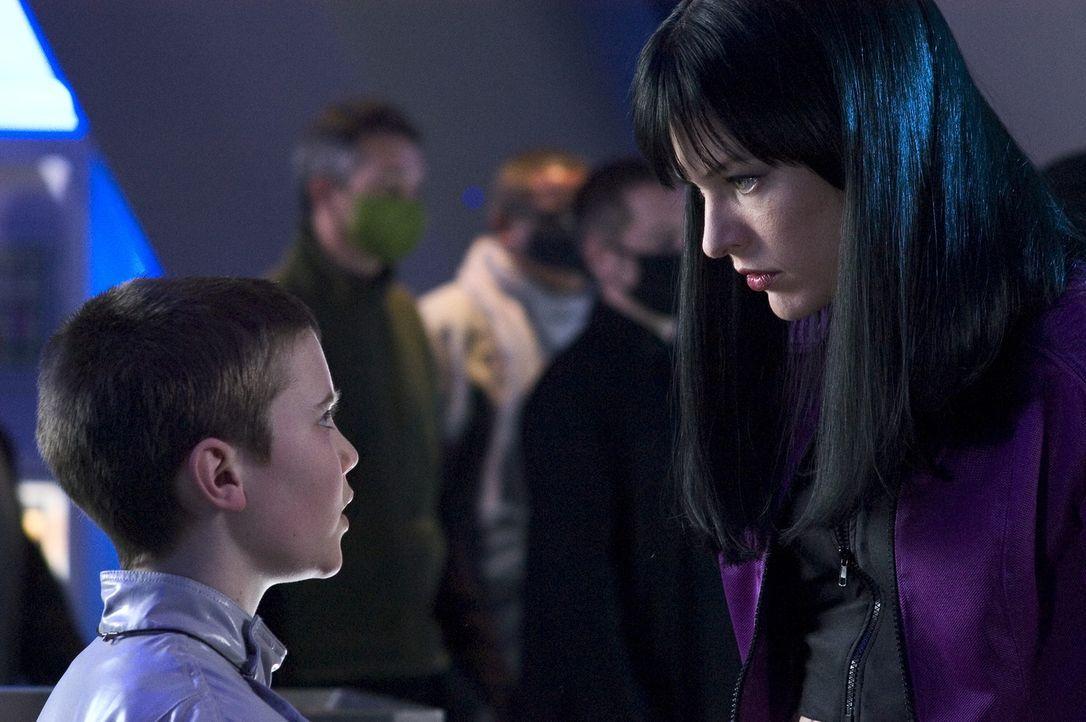 Der kleine Six (Cameron Brighton, l.) scheint die einzige Hoffnung für die am Virus erkrankte Krankenschwester Violet (Milla Jovovich, r.) zu sein .... - Bildquelle: 2006 Screen Gems, Inc. All Rights Reserved.