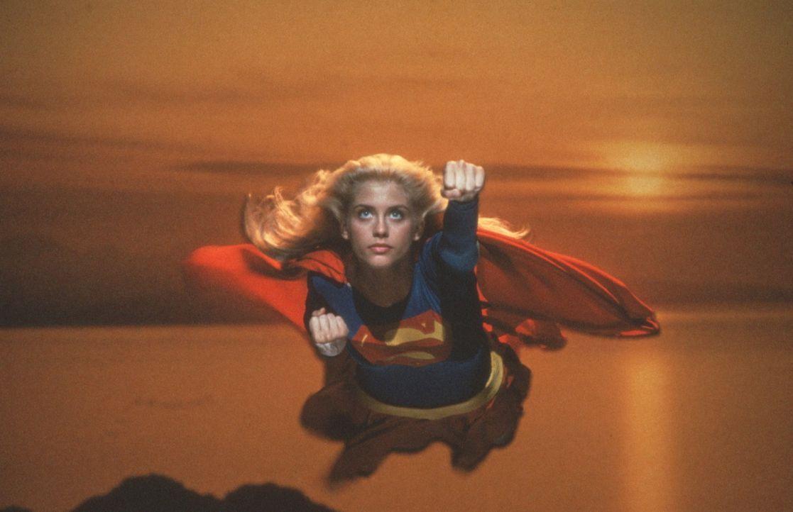 Supergirl (Helen Slater), die Cousine von Superman, erhält den Auftrag, das zum Überleben notwendige Mineral Omegahedron zu besorgen ... - Bildquelle: TriStar Pictures