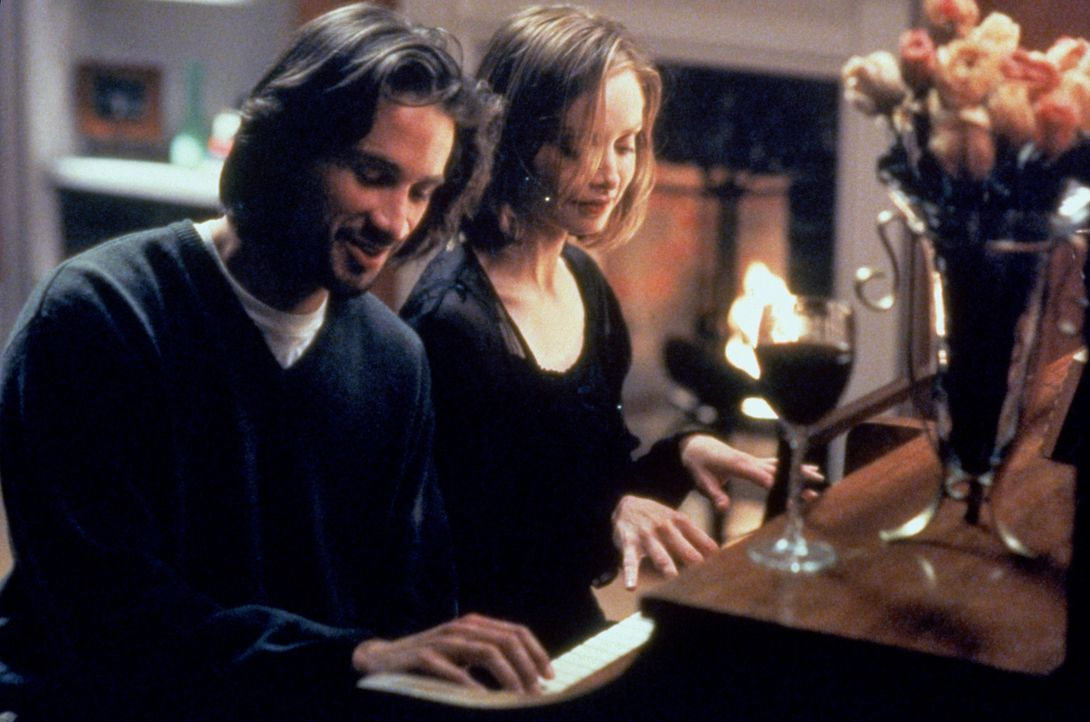 Ally McBeal (Calista Flockhart, l.) genießt ihr romantisches Date mit dem gutaussehenden  Glenn (Michael Easton, l.), der nebenbei Geld als Aktmodel... - Bildquelle: Twentieth Century Fox Film Corporation. All rights reserved.