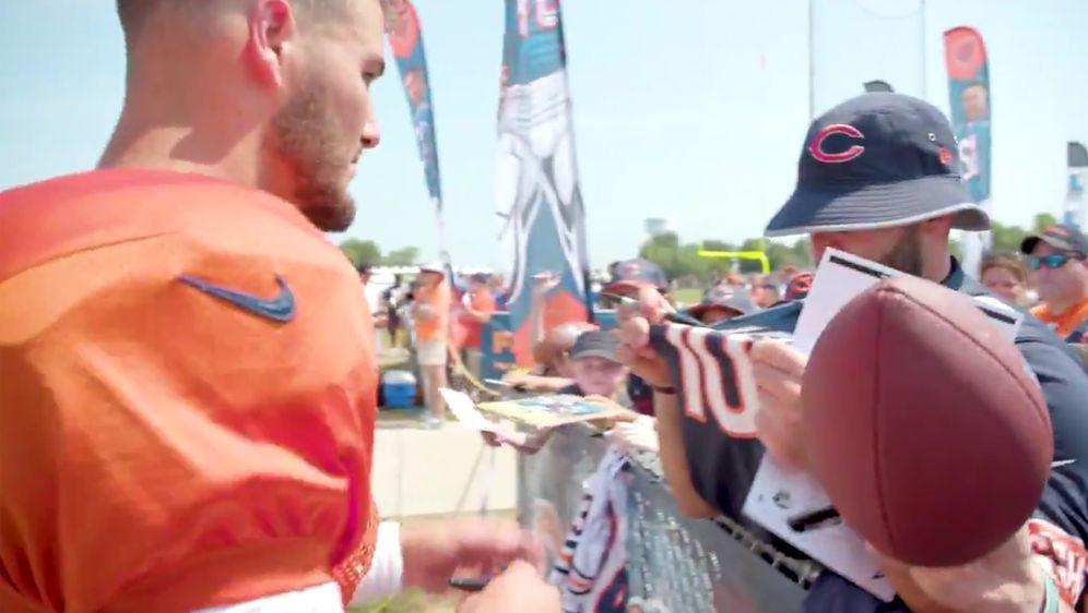 Noch ahnt er nichts: Mitch Trubisky (l.) gibt seinem Bears-Kollegen Chase Da... - Bildquelle: Twitter/@chicagobears