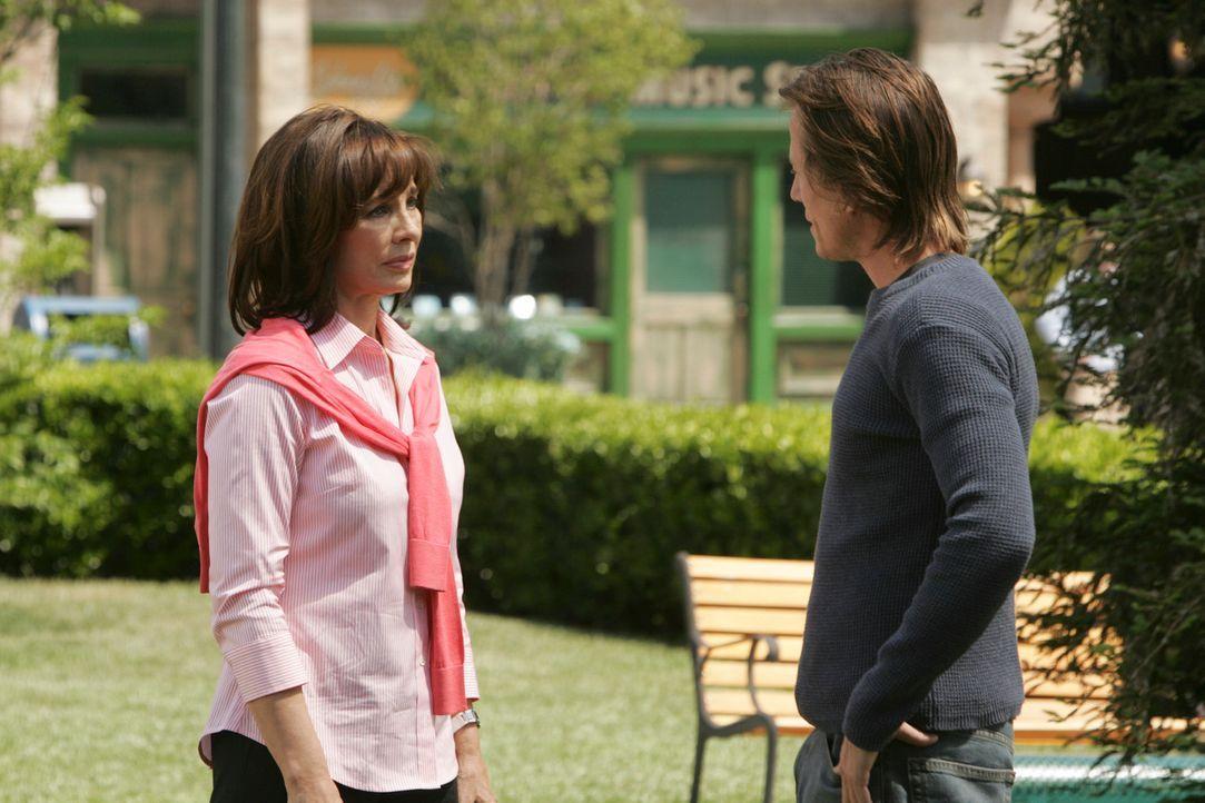 Beth (Anne Archer, l.), die ebenfalls die Gabe hat, Geister zu sehen, kann sich endlich bei Paul Eastman (Corin Nemec, r.) entschuldigen ... - Bildquelle: ABC Studios