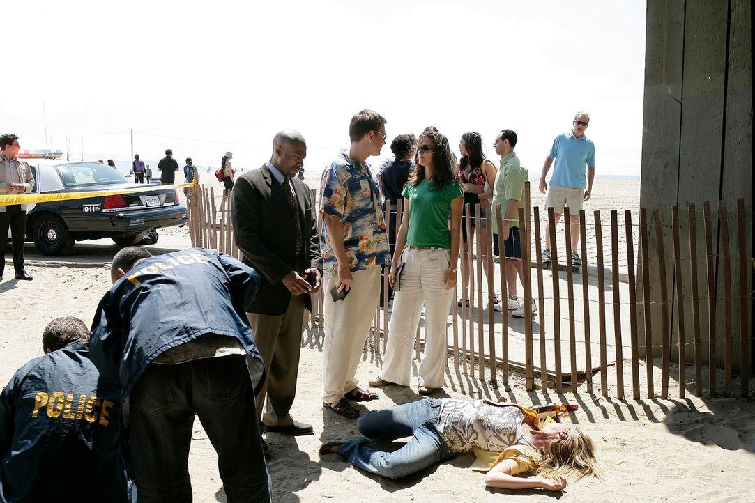 Während ihres Aufenthalts in LA gibt es einen weiteren Todesfall. LAPD Det. Monroe (Reginald James, vorne M.), Ziva (Cote de Pablo, vorne r.) und To... - Bildquelle: CBS Television