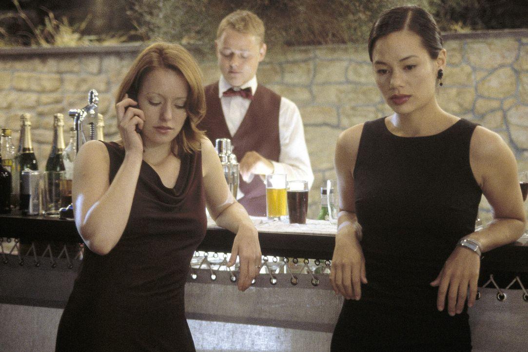 Johanna (Lavinia Wilson, l.) und Lucy (Kami Manns, r.) sorgen sich um ihre Freunde Jasmin und Mike, die zu einem nächtlichen Segeltrip aufgebrochen... - Bildquelle: Sat.1