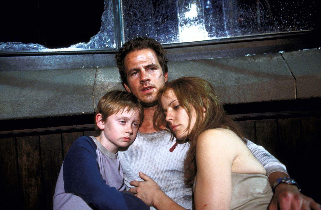 Haben eine mordende Zahnfee im Nacken: (v.l.n.r.) Michael (Lee Cormie), Kyle (Chaney Kley) und Caitlin (Emma Caulfield) ... - Bildquelle: 2004 Sony Pictures Television International. All Rights Reserved.