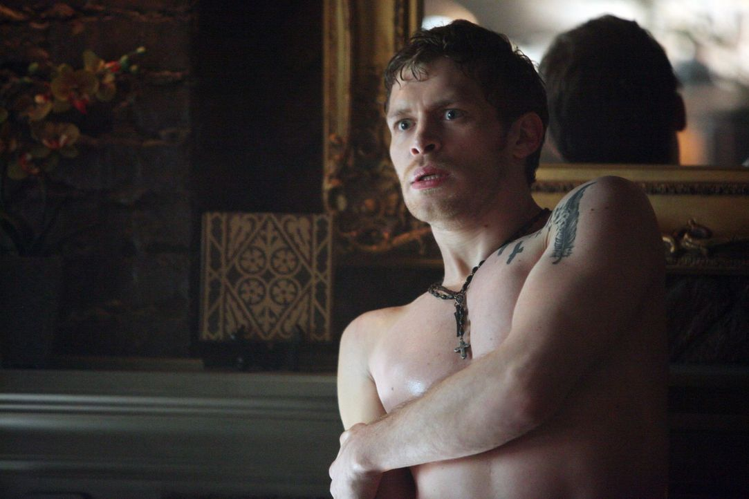 Von Silas schwer verwundet kämpft Klaus (Joseph Morgan) in Mystic Falls ums Überleben ... - Bildquelle: Warner Brothers