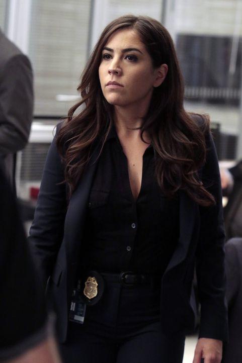 Agentin Zapata (Audrey Esparza) muss einen inneren Konflikt ausfechten, ob sie Jane nun aushorchen soll oder nicht ... - Bildquelle: Warner Brothers