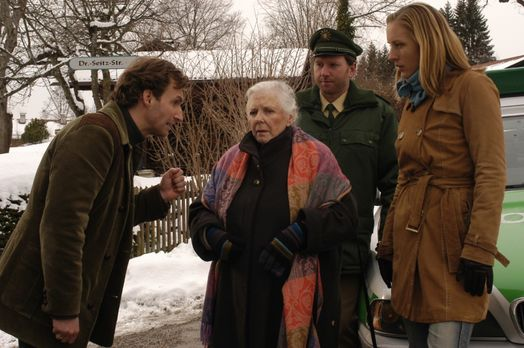 Stadt, Land, Mord! - Resi Berghammer (Ruth Drexel, 2.v.l.) fährt mit offenem...