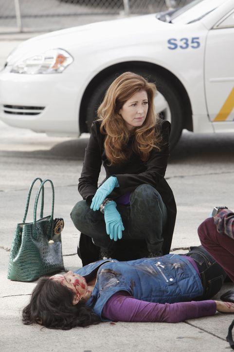 Eine junge Frau verstirbt noch am Unfallort, nachdem ein Passant noch versucht hatte, sie zu reanimieren. Dr. Megan Hunt (Dana Delany, l.) untersuch... - Bildquelle: 2013 American Broadcasting Companies, Inc. All rights reserved.