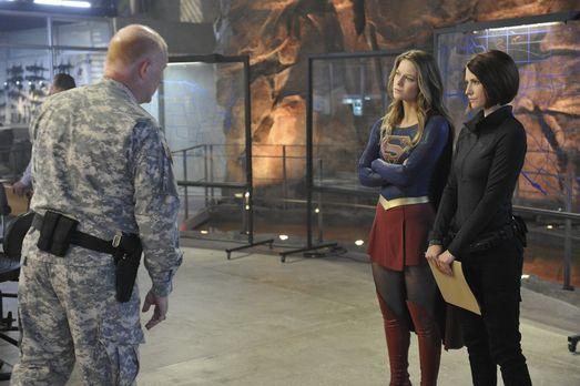 Supergirl - Als Alex' (Chyler Leigh, r.) Chef Hank von den Handlangern von Ka...