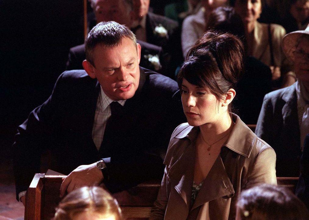 Wird nicht nur von Louisa Glasson (Caroline Catz, r.) geschnitten: Doc Martin (Martin Clunes, l.) ... - Bildquelle: BUFFALO PICTURES/ITV