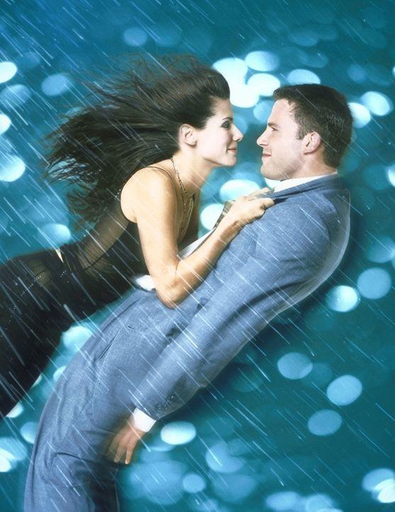 Auf die stürmische Art verlieben sich Sarah (Sandra Bullock, l.) und Ben (Ben Affleck, r.) ... - Bildquelle: TM+  1999 DreamWorks LLC. All Rights Reserved.