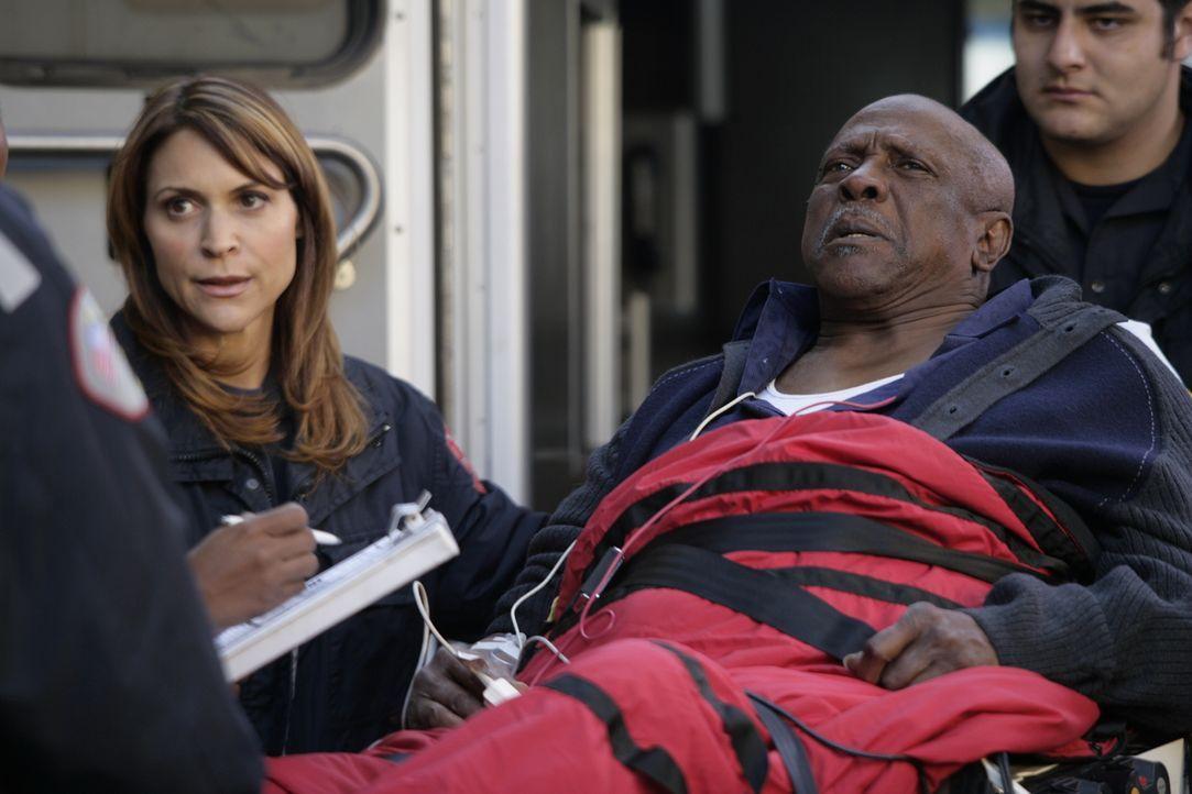 Kampf um Leben und Tod: Die Ärzte kümmern sich um Leo Malcolm (Louis Gossett, Jr., 2.v.r.) der ins County eingeliefert wurde ... - Bildquelle: Warner Bros. Television