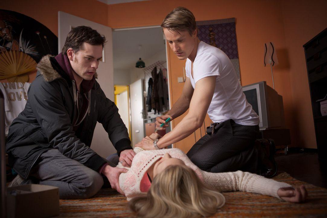 Als bei der schwangeren Saskia (Sonja Gerhardt, M.) lebensbedrohliche Komplikationen auftreten, beginnt für Tobi (Florian Bartholomäi, l.) und David... - Bildquelle: Conny Klein SAT.1