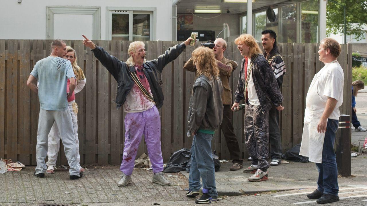 Haben die Spezialtruppen der Regierung vernichtend geschlagen und lassen sich jetzt von Fernsehteams feiern: Richard (Huub Smit, 3.v.l.), Robbie (St... - Bildquelle: 2011 Constantin Film Verleih GmbH