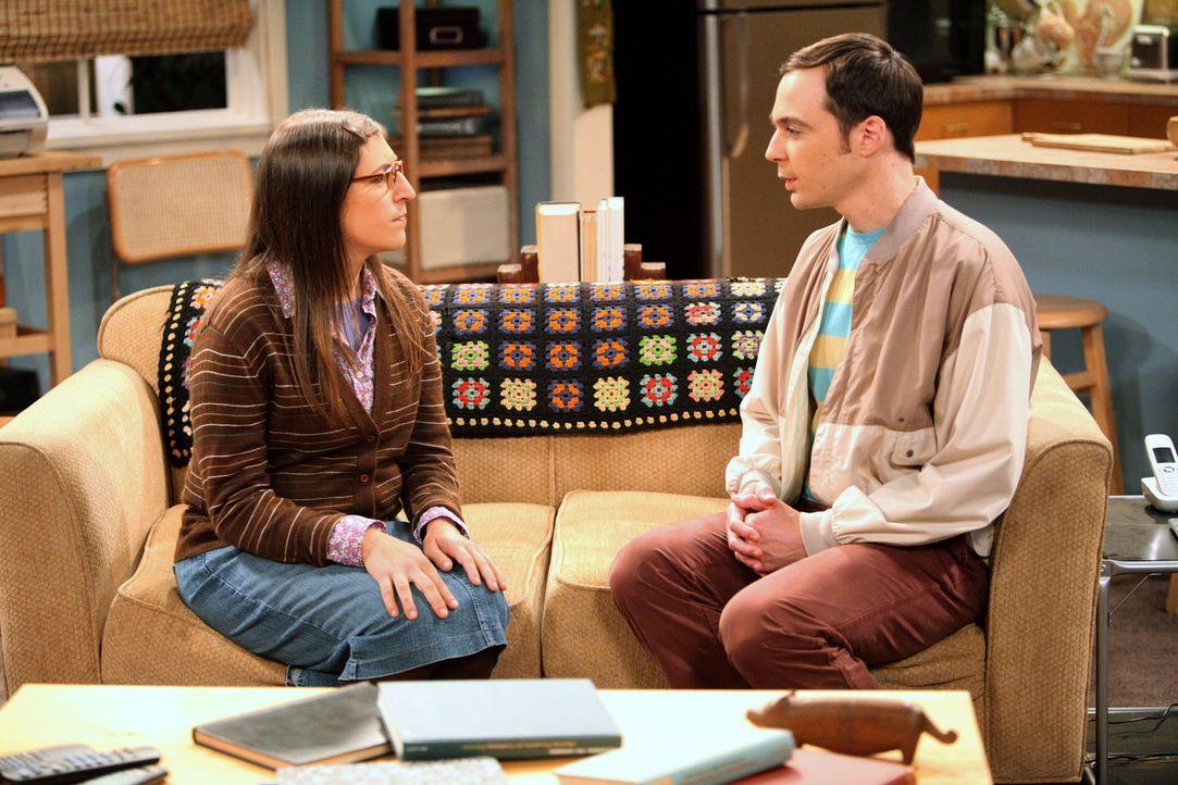Während Leonard seine Beziehung via Skype mit Priya fortsetzt, gerät Amy (Mayim Bialik, l.) zwischen die Fronten bei einem Streit mit Sheldon (Jim P... - Bildquelle: Warner Bros. Television