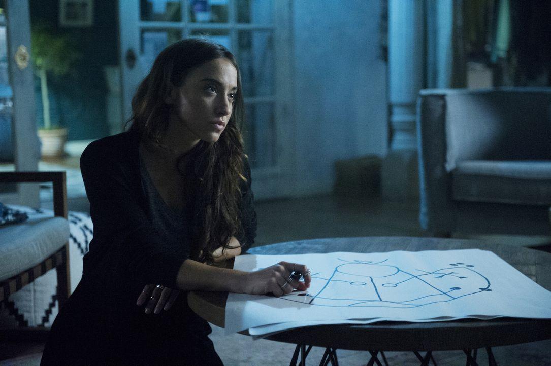 Julia (Stella Maeve) bereitet sich auf ihre Rache gegen die Gottheit vor, während Quentin immer noch hofft, sie auf seine Seite ziehen zu können ... - Bildquelle: Carole Segal 2016 Syfy Media, LLC
