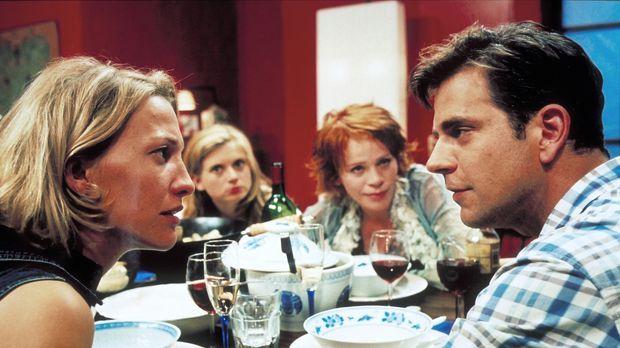 Endlich sieht Carla (Niki Greb, l.) die Chance gekommen, ihren Freunden Frank...