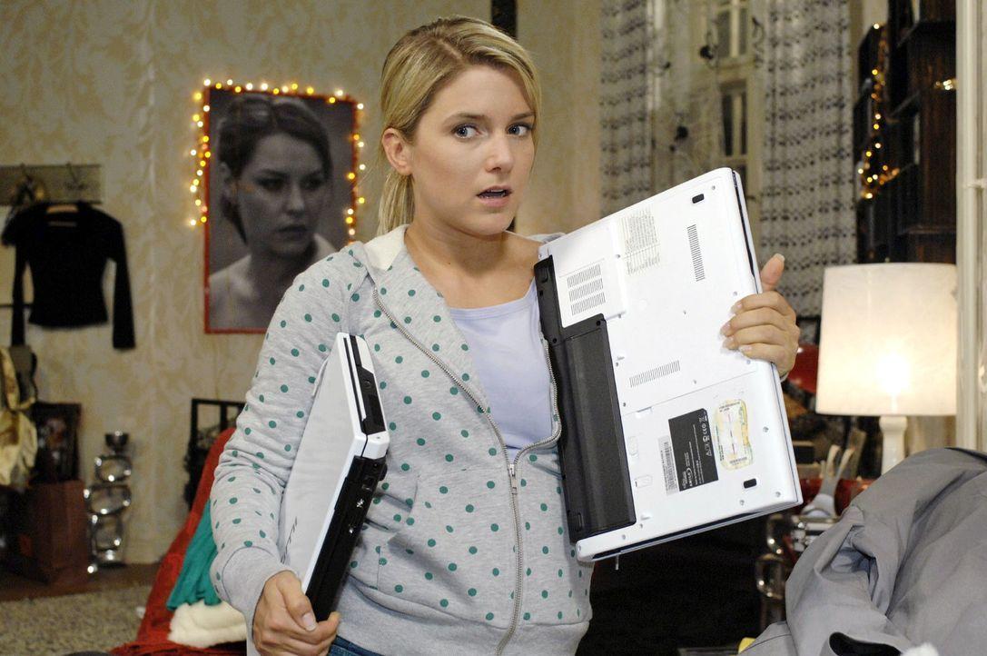 Als Anna (Jeanette Biedermann) ihren Laptop zurücktauschen will, wird sie beinahe dabei erwischt ... - Bildquelle: Oliver Ziebe Sat.1