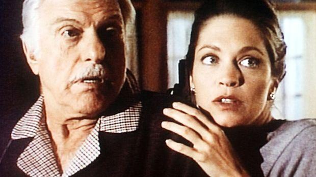 Lily (Carolyn Lowery, r.) sucht bei Dr. Sloan (Dick Van Dyke) Schutz vor ihre...