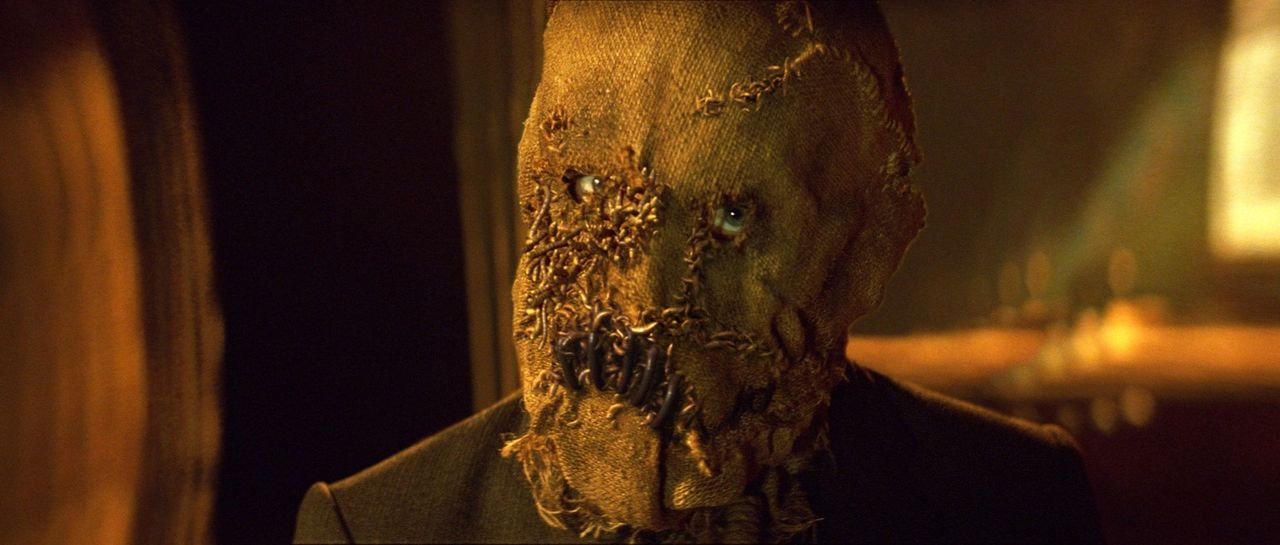 Während Batmans Verkleidung noch in der Erschaffungsphase steckt, treibt eine andere, furchteinflößende Maske schon längst ihr Unwesen ... - Bildquelle: 2005 Warner Brothers