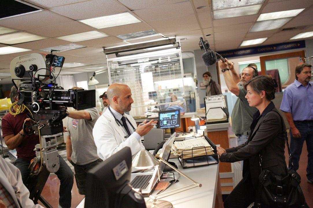 Bei den Dreharbeiten .. - Bildquelle: Warner Bros. Television
