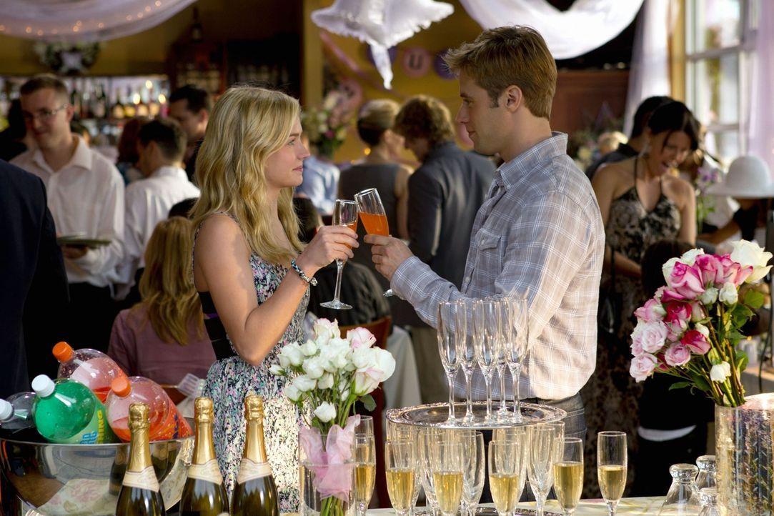 Amüsieren sich auf einer fremden Hochzeit: Lux (Brittany Robertson, l.) und ihr Date Eric (Shaun Sipos, r.)... - Bildquelle: The CW   2010 The CW Network, LLC. All Rights Reserved