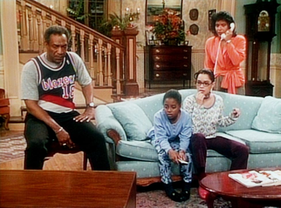 Cliff (Bill Cosby, l.), Rudy (Keshia Knight Pulliam, 2.v.l.), Denise (Lisa Bonet) und Clair (Phylicia Rashad, r.) erfahren aus dem Fernsehen, dass i... - Bildquelle: Viacom