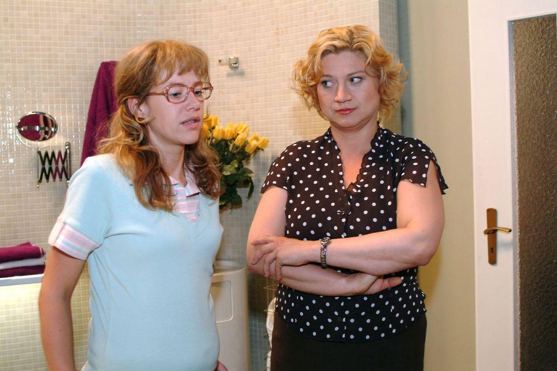 Agnes (Susanne Szell, r.) gibt Lisa (Alexandra Neldel, l.) zu verstehen, dass sie mit ihrem Widerstand alles nur noch schlimmer macht und niemandem... - Bildquelle: Monika Schürle Sat.1