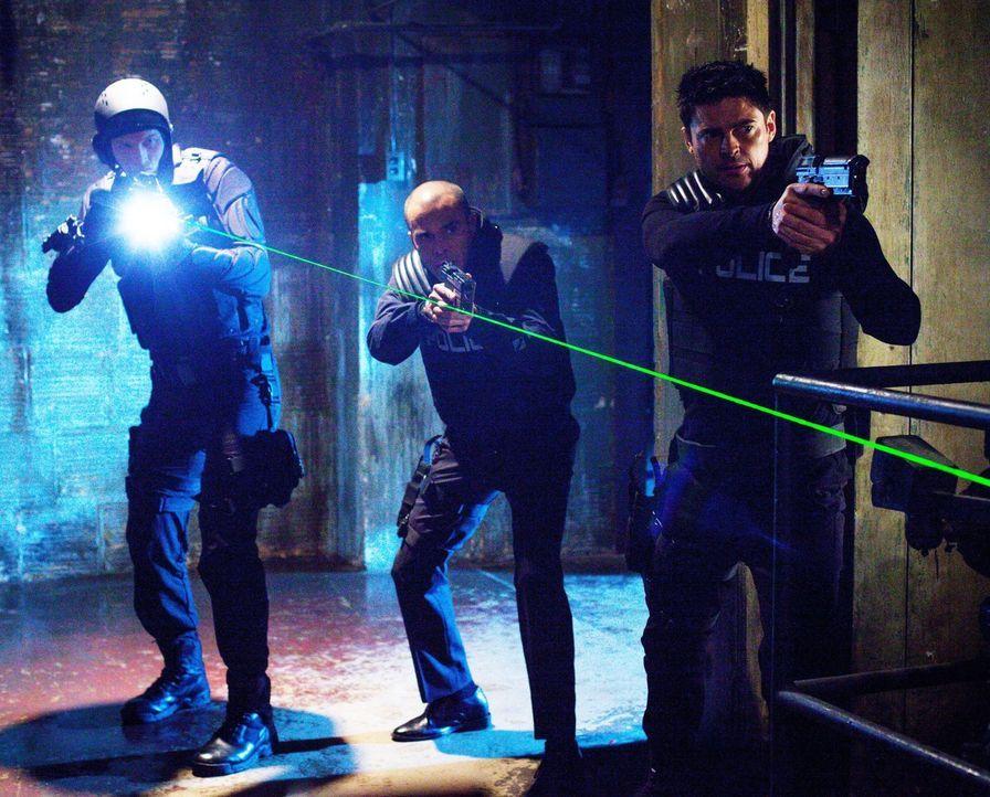 Können John (Karl Urban, r.) und Richard (Michael Irby, M.) einen dicken Fisch in der Drogenszene stellen? - Bildquelle: Warner Bros. Television