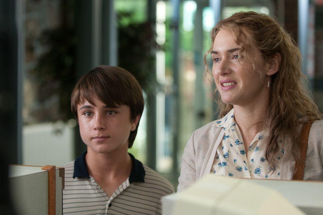 Die depressive und alleinerziehende Mutter Adele (Kate Winslet, r.) kümmert sich aufopferungsvoll um ihren 13-jährigen Sohn Henry (Gattlin Griffith,... - Bildquelle: 2016 Paramount Pictures. All Rights Reserved.