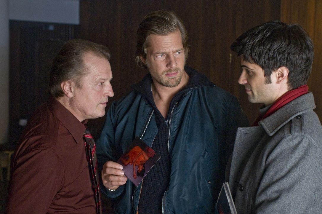 Die Ermittlungen führen Mick (Henning Baum, M.) und Andreas (Maximilian Grill, r.) schon bald zu dem Wettbüro von Ecki Troller (Paul Faßnacht, l.),... - Bildquelle: Martin Rottenkolber SAT.1