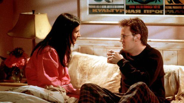 Monica (Courteney Cox, l.) und Chandler (Matthew Perry, r.) verbringen eine s...