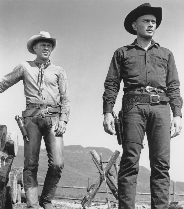 Chris (Yul Brynner, r.) heuert Vin (Steve McQueen, l.) an, ihm beim Kampf gegen die hinterlistige Bande Desperados, die immer wieder ein kleines mex... - Bildquelle: 1960 METRO-GOLDWYN-MAYER STUDIOS INC. All Rights Reserved.