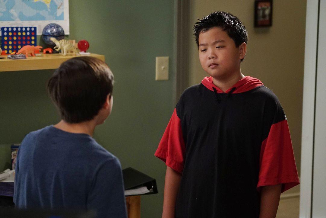 Emery (Forrest Wheeler, l.) kommt auf Eddies Schule. Dabei stellt sich heraus, dass Eddie (Hudson Yang, r.) die Lehrer immer wieder reinlegt, um bes... - Bildquelle: 2016-2017 American Broadcasting Companies. All rights reserved.