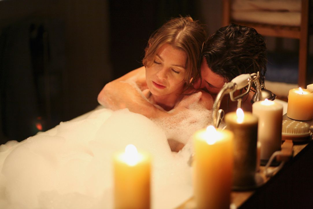 Derek (Patrick Dempsey, r.) und Meredith (Ellen Pompeo, l.) genießen ihre Zweisamkeit in vollen Zügen und wollen von nun an mit einem positiveren Bl... - Bildquelle: Touchstone Television
