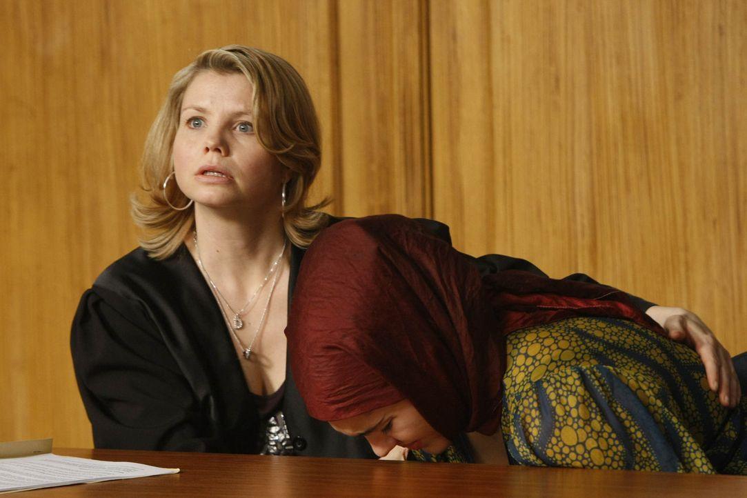 Als gute Anwältin versucht Danni (Annette Frier, l.) alles, um Zeynep (Nilam Farooq, r.) vor einer Zwangsheirat zu bewahren. Was allerdings nicht s... - Bildquelle: SAT.1
