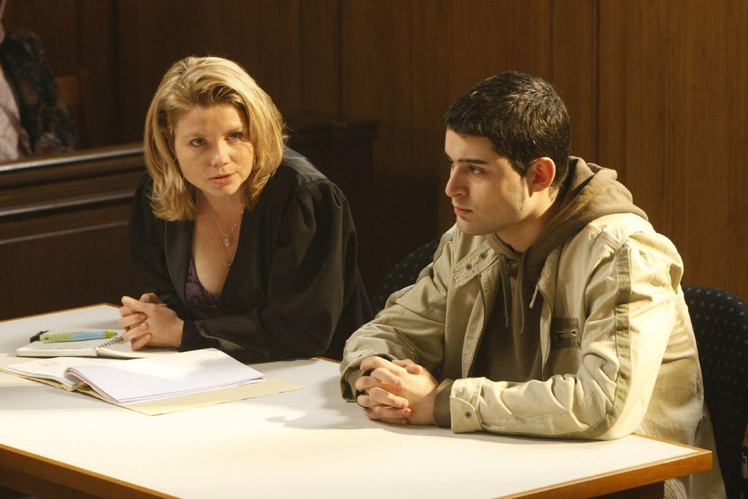 Danni (Annette Frier, l.) hilft dem jungen Mehmet (Hüseyin Ekici, r.), der wegen Belästigung einer Lehrerin von der Schule verwiesen wurde. Doch d... - Bildquelle: SAT.1