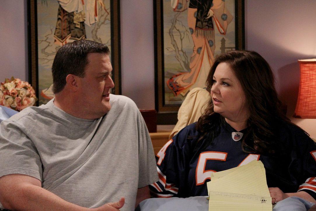 Molly (Melissa McCarthy, r.) möchte, dass sie und Mike (Billy Gardell, l.) sich mit einem persönlichen Ehegelübde das Jawort geben. Mike ist alles a... - Bildquelle: Warner Brothers