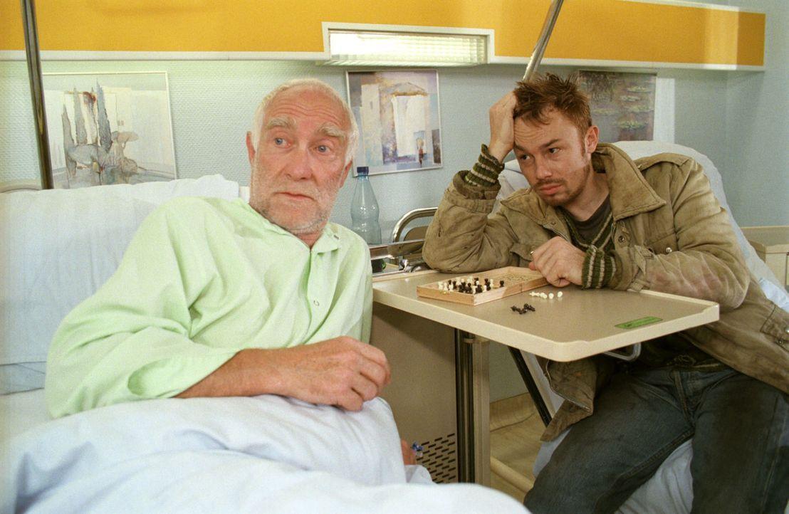 Der Obdachlose Richie (Edgar M. Böhlke, l.) wird von seinem Kumpel Mücke (Oliver Hasenfratz, r.) besucht. Nach Mückes Andeutungen macht sich Schwest... - Bildquelle: Noreen Flynn Sat.1