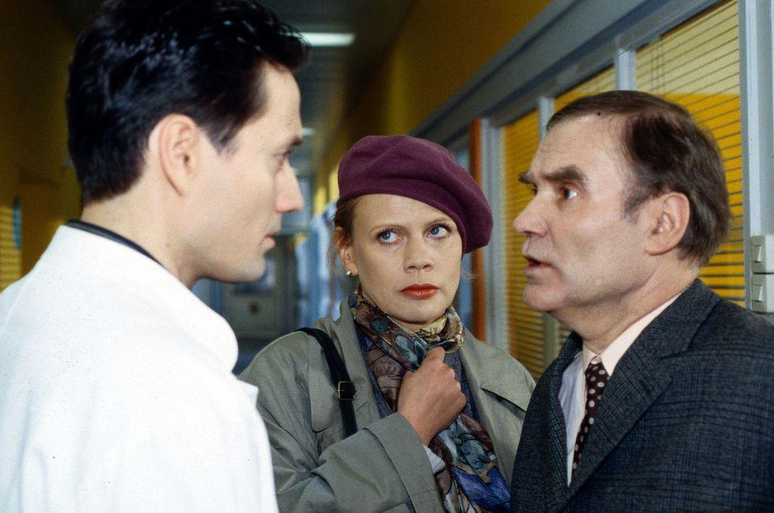 Dr. Kampmann (Ulrich Reinthaller, l.) stellt Herbert Möller (Ulrich Faulhaber, r.) zur Rede. Rita Möller (Karin Düwel, M.) ist erleichtert, dass Dr.... - Bildquelle: Daehn Sat.1