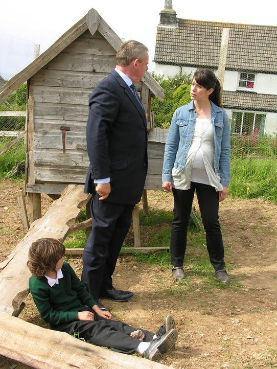 Haben unterschiedliche Auffassungen zur Kindererziehung: Doc Martin (Martin Clunes, r.) und Louisa (Caroline Catz, l.) ... - Bildquelle: BUFFALO PICTURES/ITV