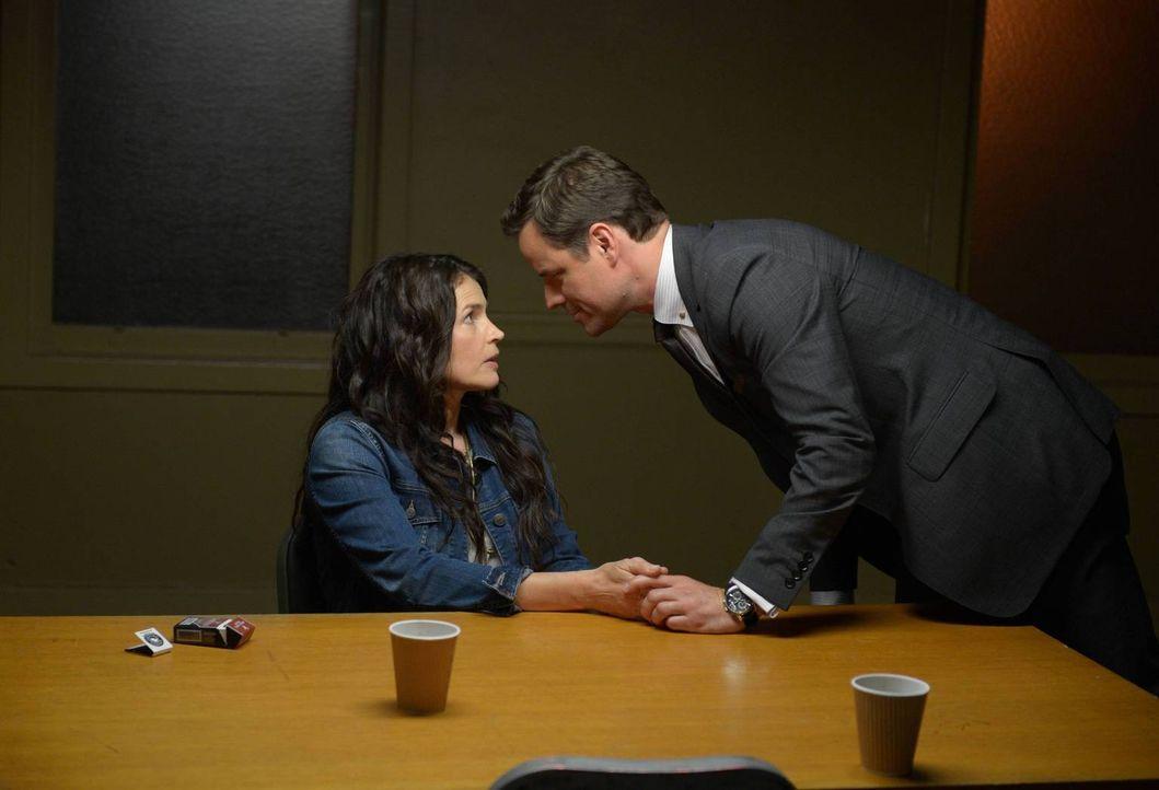 Der Anwalt Harrison Welles (Anthony Lemke, r.) verspricht Joanna (Julia Ormond, l.), sie wieder auf freien Fuß zu bekommen ... - Bildquelle: 2013 Twentieth Century Fox Film Corporation. All rights reserved.