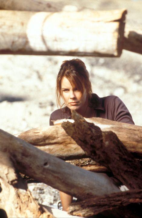 Ein gefährlicher Auftrag hat Laura Taylor (Alexandra Paul) an einen pazifischen Strand geführt ... - Bildquelle: Cinetel Films