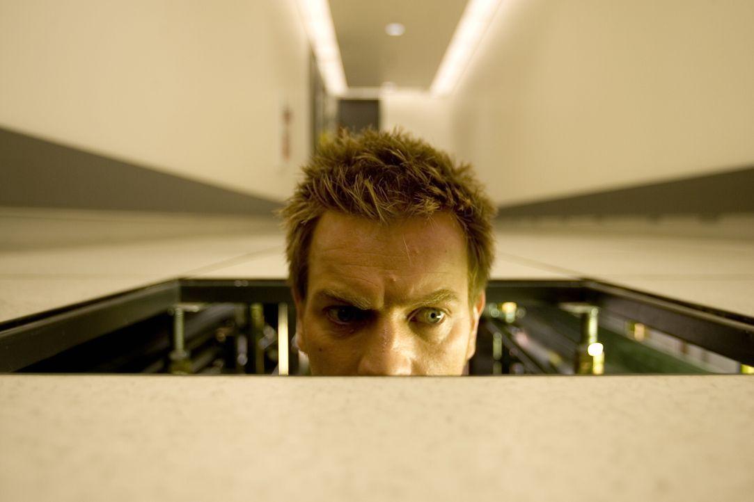 Neugierig geworden, entdeckt Lincoln (Ewan McGregor), dass sein gesamtes Leben eine einzige Lüge ist - und die rettende Insel, auf die alle Klone ho... - Bildquelle: Warner Bros. Television