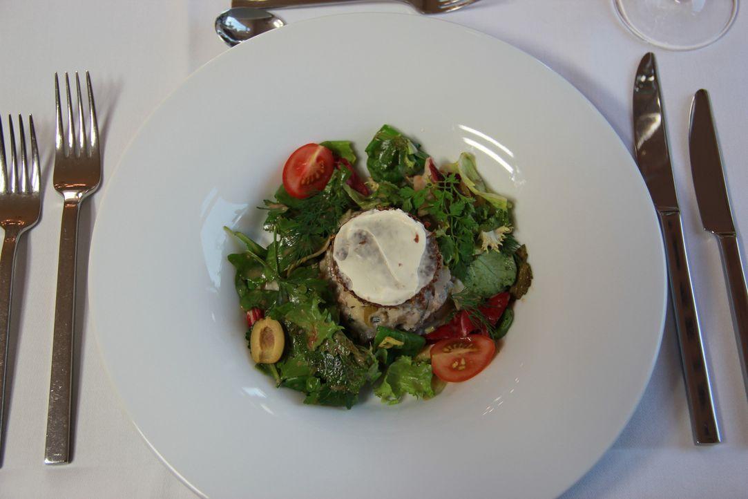 Es ist angerichtet: Schafft es Gastronom Michael mit Unterstützung von Sternekoch Frank Rosin, die Testesser zu überzeugen? - Bildquelle: kabel eins