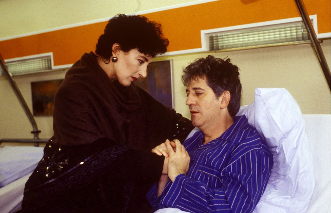 Robert Schramm (Ilja Richter, r.) hat Schluckbeschwerden, die nur operativ behoben werden können. Vor diesem Eingriff fürchtet er sich, doch die A... - Bildquelle: Noreen Flynn Sat.1